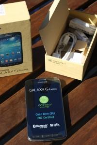 So präsentiert sich das Samsung Galaxy S4 Active nach dem Öffnen. Foto: spotography/Benedikt Braun