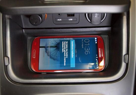 Induktive-Smartphone-Ladestation-von-Kia