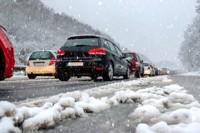 Pendler Stau auf Autobahn Winter Schneefall Schneematsch