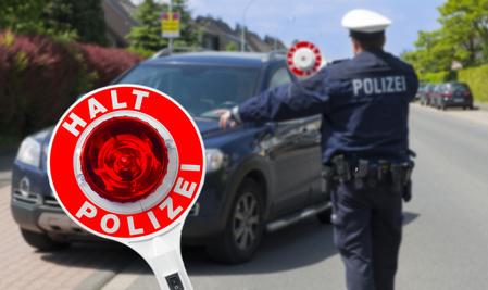 Polizist kontrolliert Fahrzeug