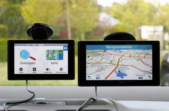 Links: Garmin DriveAssist, Rechts: Garmin DriveSmart