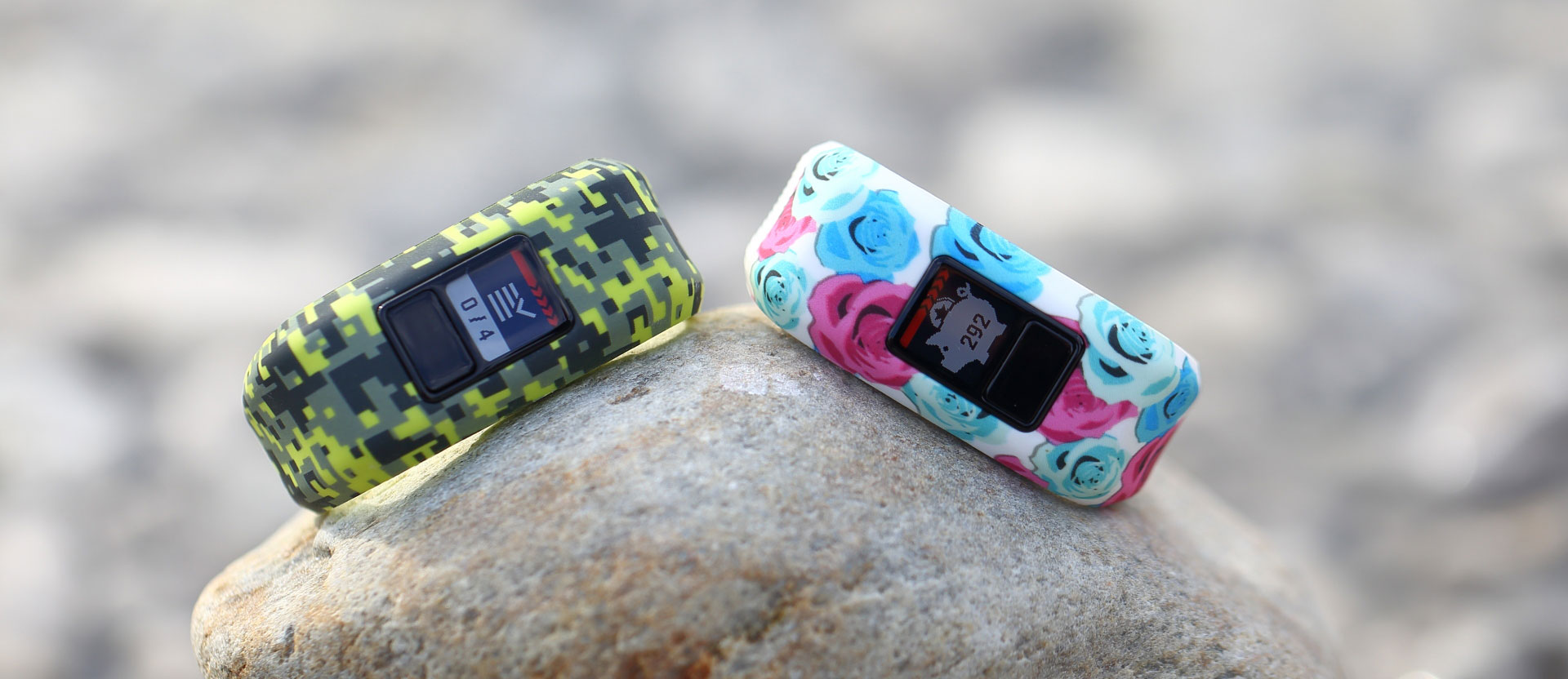 Zwei Garmin vivofit jr. Fitness-Tracker für Kinder auf einem Stein