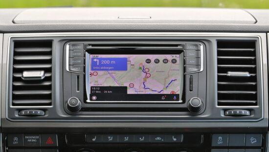 Navigationssystem mit Android Auto und installierte Camper-Navi-App von POIbase